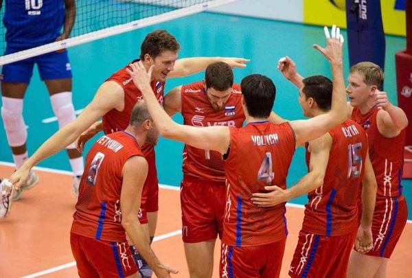 Игроки волейбольной сборной России на площадке