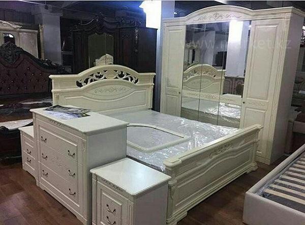 Фото разобранной спальни в мебельном магазине